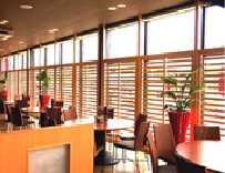 丸いテーブル席では、自然の光を浴びて、ごゆっくりお食事をお楽しみ頂けます。